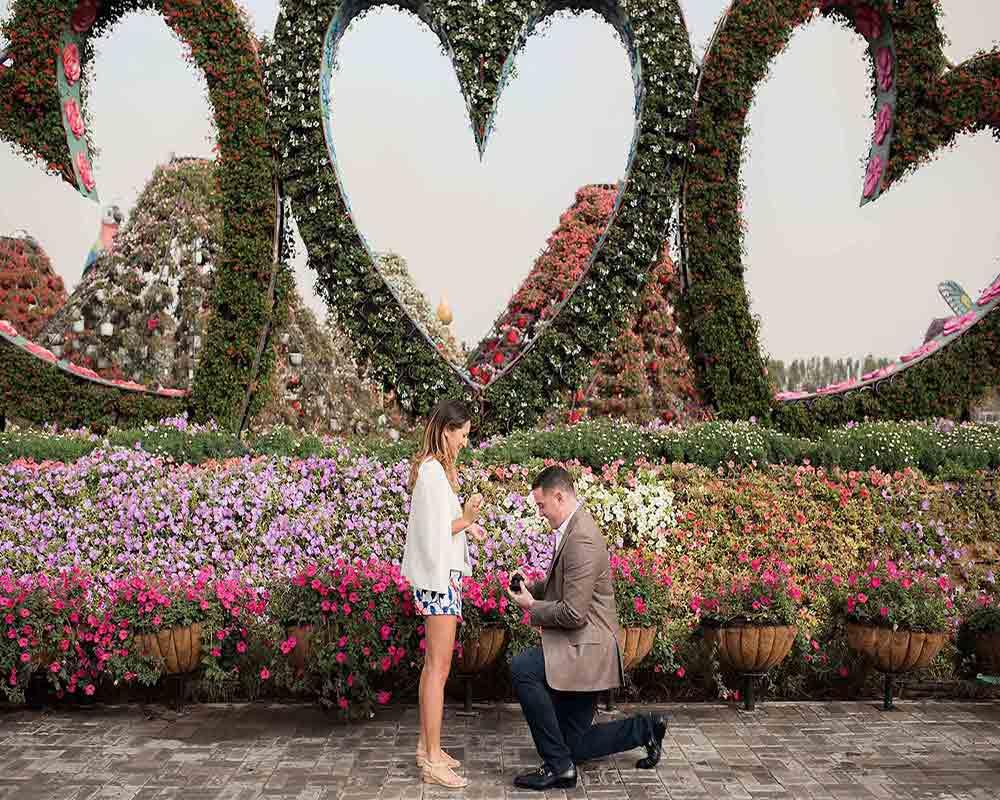 Couple proposing in Dubai Miracle Garden